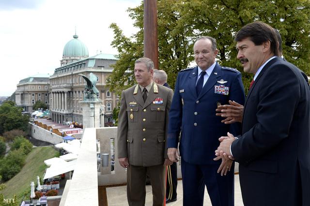 Áder János köztársasági elnök és Benkő Tibor vezérezredes fogadja Philip M. Breedlove-ot, a NATO európai szövetséges erőinek főparancsnokát a Sándor-palota teraszán