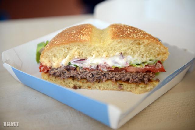 Kakukkfüves szürkemarha-burger