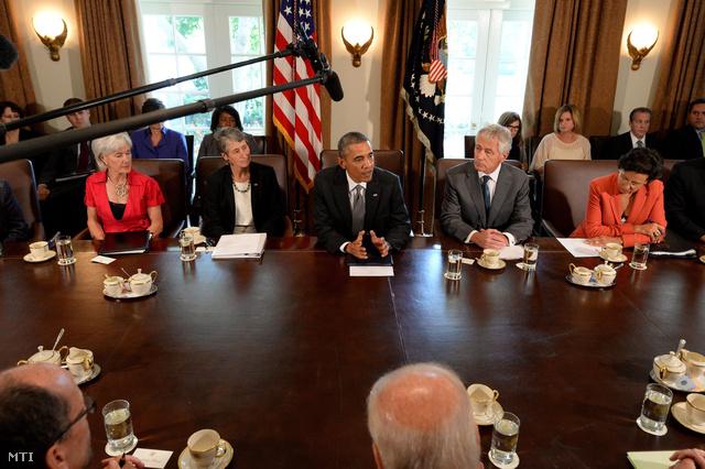 Barack Obama amerikai elnök (k) a szíriai helyzetről tart sajtótájékoztatót a washingtoni Fehér Házban 2013. szeptember 12-én. Jobbról a második Chuck Hagel védelmi jobbról Penny Pritzker kereskedelmi miniszter balról a második Sally Jewell belügyminiszter balról Kathleen Sebelius egészségügyi miniszter.