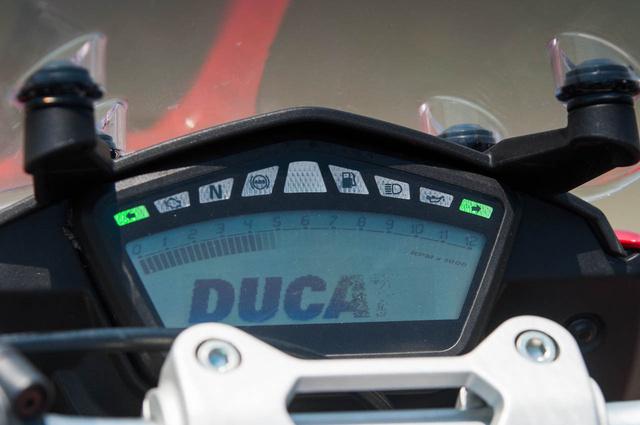 LCD képernyő sok információval és beállítási lehetőséggel