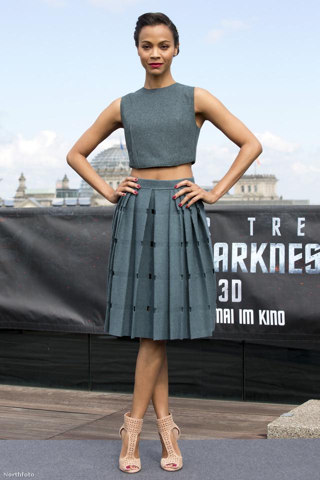 Zoe Saldana április 28-án 'Star Trek Into Darkness' című filmje hivatalos fotózásán jelent meg szürke összeállításban a berlini China Clubban.