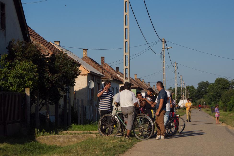 """Szatmárcsekén a romák házai jórészt rettentő gyenge műszaki állapotban vannak, szigetelésük nincs, vakolásuk                          sokszor részleges, az eresz pedig szemmel láthatólag luxuscikk. A környezet ugyanakkor karbantartott,                         szemétnek, gaznak az utcán nyoma sincs. Az utca feltűnően nyugodt, a végén a kertnek kerítése sincs. Ha                         megkérdezzük, hogy lehet ez, magabiztos választ kapunk: még soha senki nem lopott el semmit - miért kellene                          akkor kerítés? Így könnyebben jönnek látogatni a barátok is a szomszéd utcából, akik amúgy """"magyarok"""". Itt                          Roland a terepmunkás, és talán mert férfi, az ügyfelek közül is főleg a férfiakkal van közvetlen kapcsolatban. Ha                          a program a sikeres üzleti modell kialakítása után képes elmélyülni, a résztvevőket önállóságra vezető második                          fázist beindítani, ő jövőre is a terepen lesz."""
