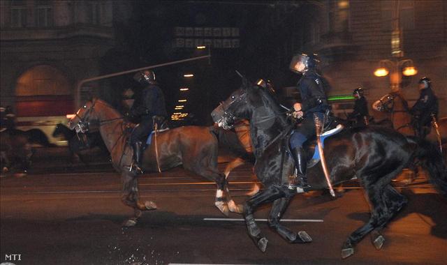 Lovasrendőrök az Erzsébet körúton 2006. október 23-án