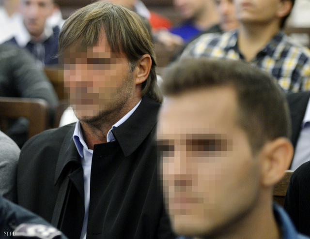 A. Zoltán vádlott, a REAC korábbi vezetőedzője (b) a K. Zoltán és 16 társa ellen hivatali vesztegetés bűntette miatt, a REAC jogosulatlanul befolyásolt mérkőzéseivel összefüggésben indult büntetőper tárgyalásán.