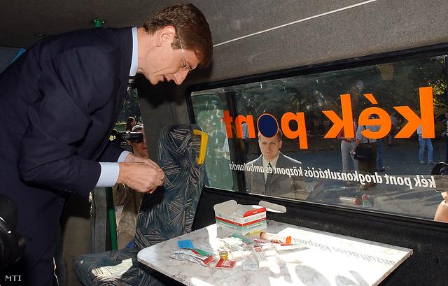 A Kék Pont Droginformációs Központ tűcserét biztosító, új autóbuszát avatta fel Gyurcsány Ferenc gyermek-, ifjúsági és sportminiszter a Népligetben 2003. szeptember 22-én