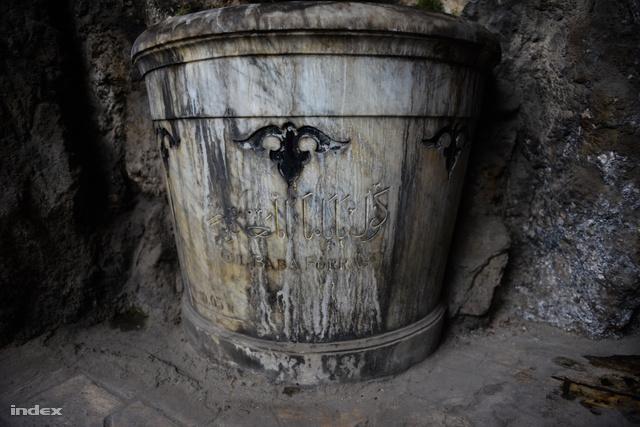 A forráskút még a világháború előtt készült fehér márványból, még mindig szép