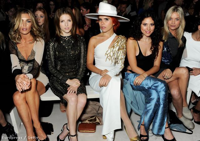 Paloma Faith fehérben Londonban Julien Macdonald divatbemutatóján, Abbey Clancy, Anna Kendrick, Eliza Doolittle és Laura Whitmore társaságában