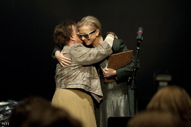 Csákányi Eszter és Eszenyi Enikő miután átvették a legjobb női főszereplő díját megosztva a Színházi Kritikusok Céhének díjátadóján