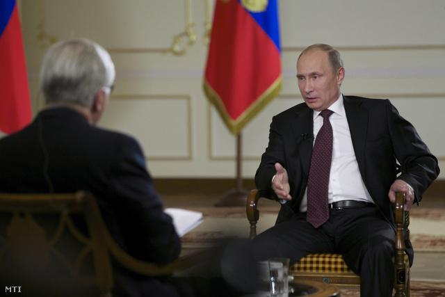 Vlagyimir Putyin orosz elnök (j) interjút ad John Daniszewskinek az Associated Press amerikai hírügynökség külföldi híreinek vezető szerkesztőjének (b) a Moszkva melletti novo-ogarjovói vidéki rezidenciáján 2013. szeptember 3-án. Putyin óva intette a Nyugatot egy egyoldalú akciótól Szíria ellen de hozzátette hogy Oroszország nem zárja ki egy büntető katonai csapásokról szóló ENSZ-határozat támogatását ha bebizonyosodik hogy Damaszkusz mérges gázt vetett be saját népe ellen.