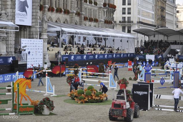 A második körbe már csak 12 lovasnak sikerült bejutnia. A pályát a profi szervezők percek alatt átalakították, az akadályok magasságát további 5 centivel emelték.