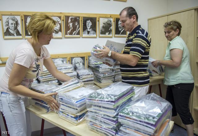 Tankönyveket pakolnak a békési Dr. Hepp Ferenc Általános Iskola és Alapfokú Művészeti Iskola tanárai miután kiszállították a tankönyvek egy részét