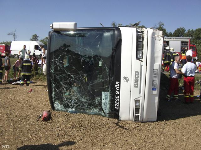 A győri kosárlabdacsapatot szállító busz a baleset helyszínén