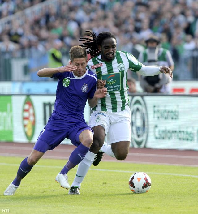 Simon Krisztián (b) és Akeem Adams a labdarúgó OTP Bank Liga nyolcadik fordulójában lejátszott Ferencváros–Újpest-mérkőzésen.