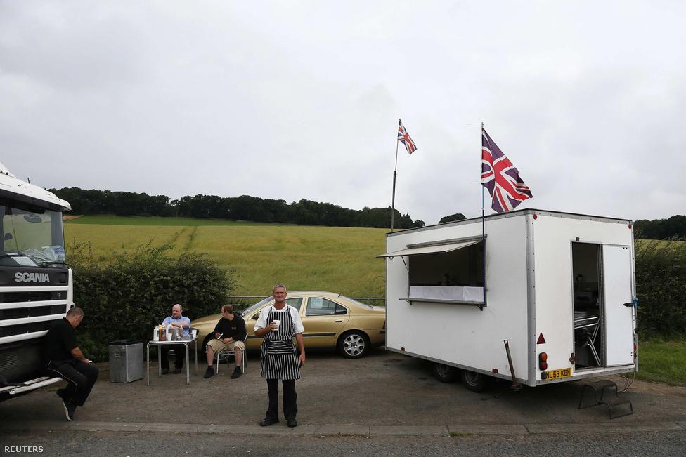 Észak-Anglia, Newton közelében, A69-es út.                         Andy uzsonnázója.