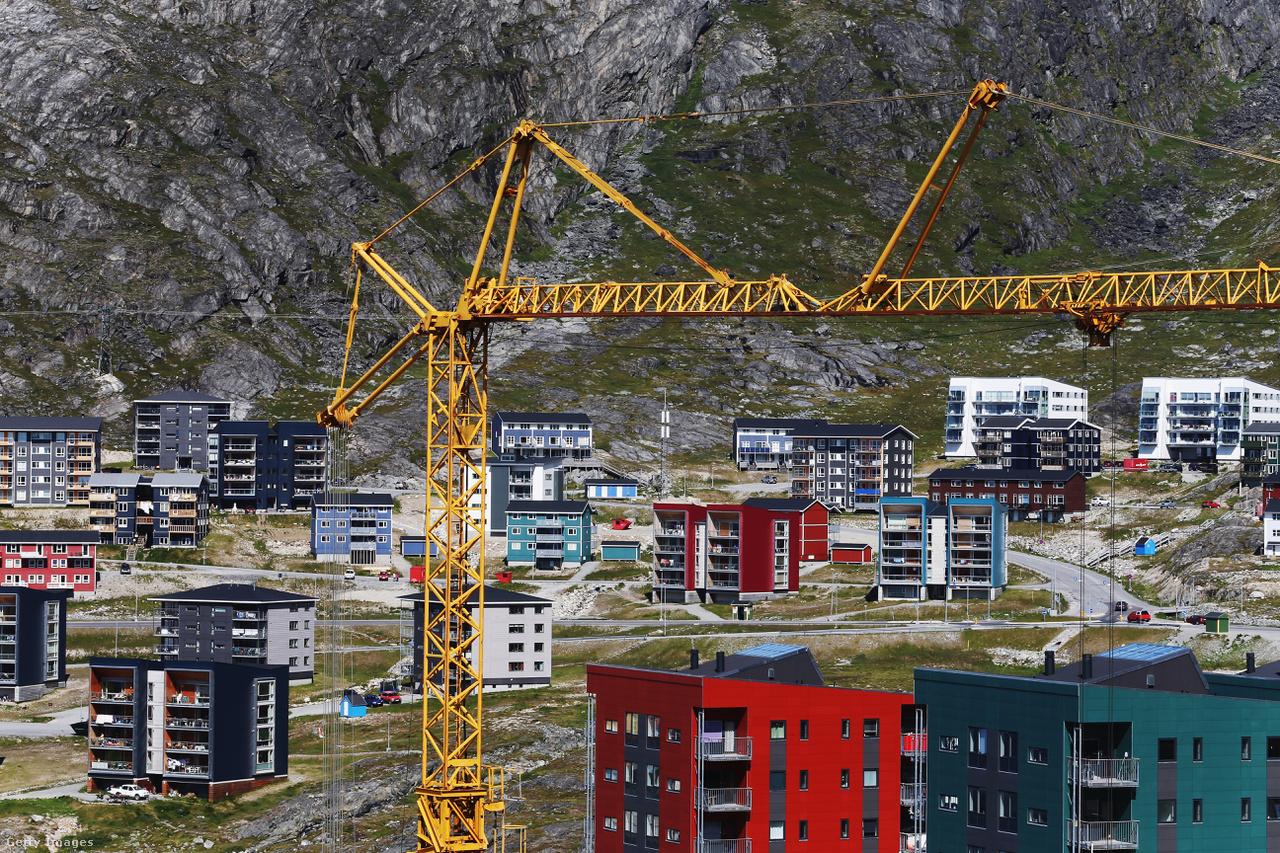 Folyik az építkezés a fővárost, Nuukot övező hegyeknél. Grönland hivatalosan autonóm területként Dánia része, de saját parlamentje és kormánya van (ezen felül két képviselőjük ül a dán parlamentben is). 2009-től különösen nagy autonómiát élvez, de gazdaságilag az ország erősen Dániától illetve az EU-tól függ.