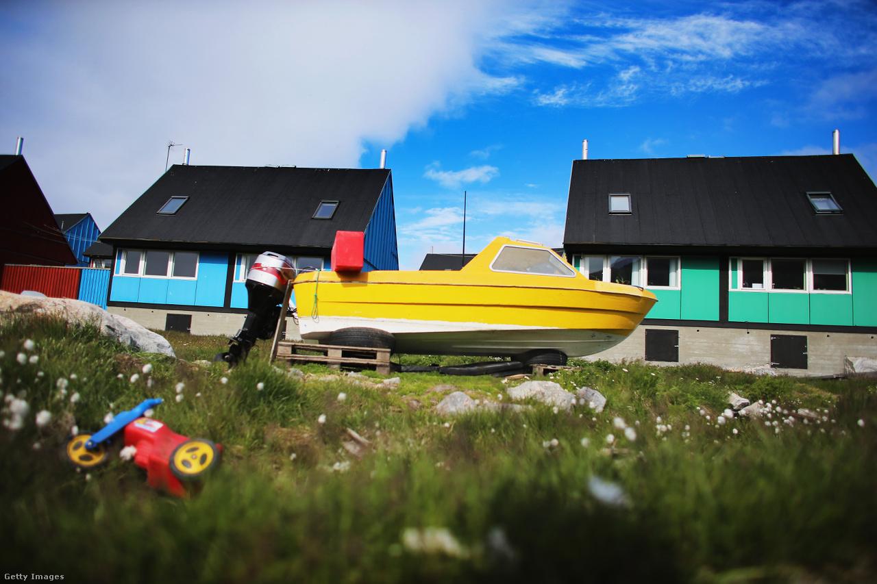 Halászcsónak Ilulissatnál, egy zöld rét szélén. Alig négy fafajta őshonos Grönlandon, azonban a globális felmelegedés mellett egyre újabb növények megjelenésével számolnak a kutatók.