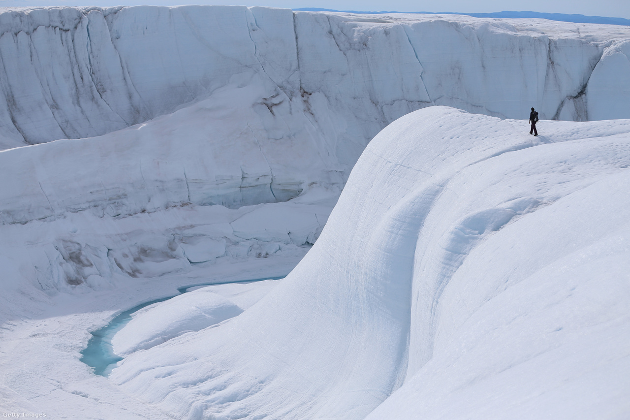 Egy hatalmas kanyont vizsgálnak a szakértők. Augusztus végén jelentették be, hogy a világ egyik legnagyobb, 800 kilométer hosszú és akár 800 méter mély kanyonját fedezték fel Grönlandon a jég alatt a klímaváltozást vizsgáló kutatócsoportok. Egy föld alatti folyó vájta ki több mint négymillió évvel ezelőtt.