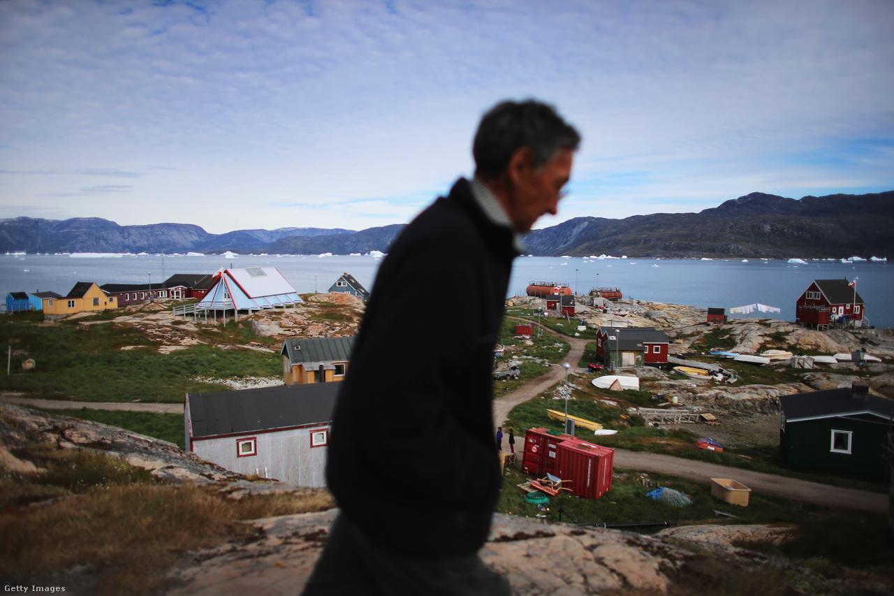 Qeqertaq falu Grönlandon. A helyiek különösebben nem zavartatják magukat, alkalmazkodnak a változó körülményekhez, miközben rengeteg kutató próbálja megfejteni, milyen ütemben és milyen hatással lesznek az olvadó gleccserek a világ többi részére. A feltételezések szerint amennyiben Grönland jege teljesen elolvad, akkor a Földet óceánok és tengerek szintje akár hét méterrel is megemelkedhet.