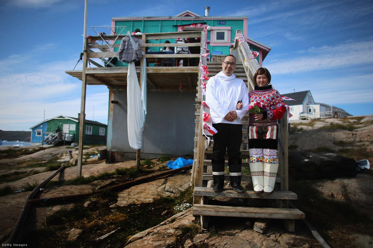 Ottilie- és Adam Olsen grönlandi kunyhójuk előtt, nemzeti ünnepekkor hordott helyi népviseletben. Grönland lakosságának 88 százaléka eszkimó, inuit őslakos, a többiek dánok, és a két népcsoport keveredéséből születő leszármazottak.