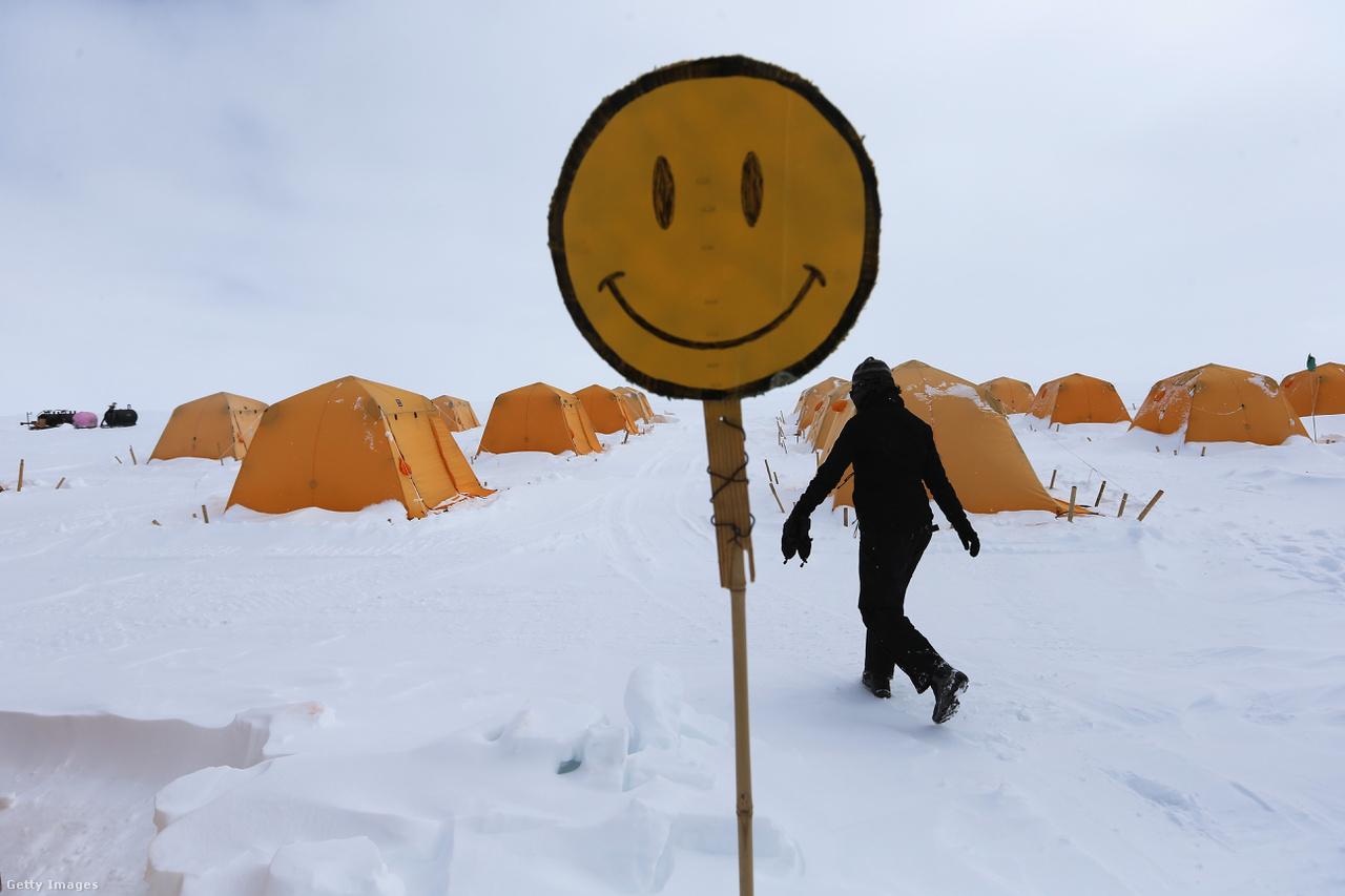 Mindig csak pozitívan, üzenik a Summit Station kutatóinak a sátortábor peremén. Több szervezet is a legmodernebb eszközökkel követi nyomon a felszínen is látható változásokat, a jégtömbök mozgását, a felszíni források helyzetét.