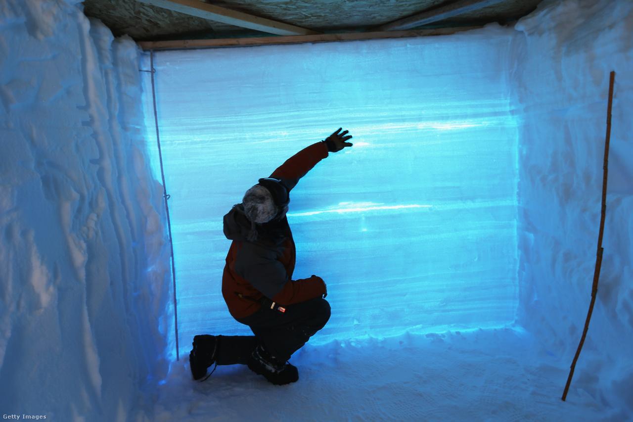 A kutatók a jégbe vájt járaton át vizsgálják a különböző rétegeket. A 800 kilométeres, föld alatti óriáskanyont is véletlenül találták a kutatók, amikor Grönland alapkőzetét térképezték fel radar segítségével.