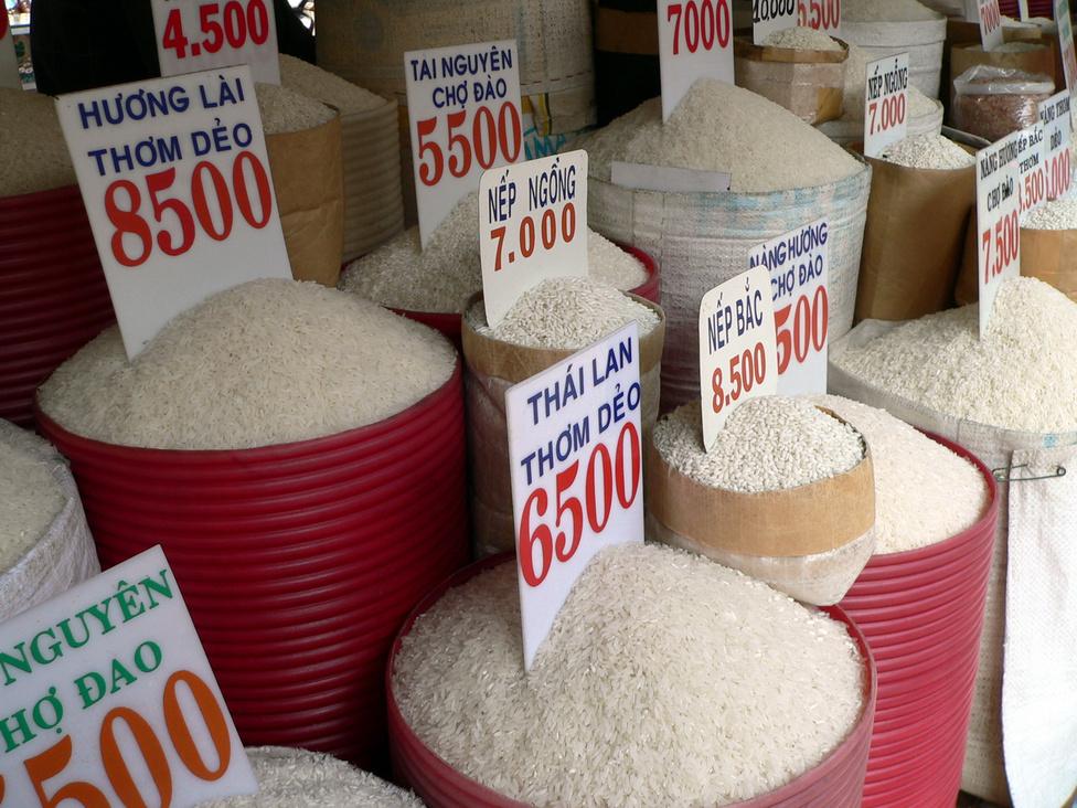 Sok a rizsa, és sokféle: választék egy gabonaüzletben. Ázsia legtöbb országához hasonlóan Vietnamban is a rizs az étkezés alapja. Az ország a világ második legnagyobb exportőre Thaiföld után, a hegyvidékeken és a Mekong-deltában kialakított rizsföldeken több ezer rizsfajtát termesztenek. A termés nagy részét persze néhány általánosan elterjedt fajta adja.