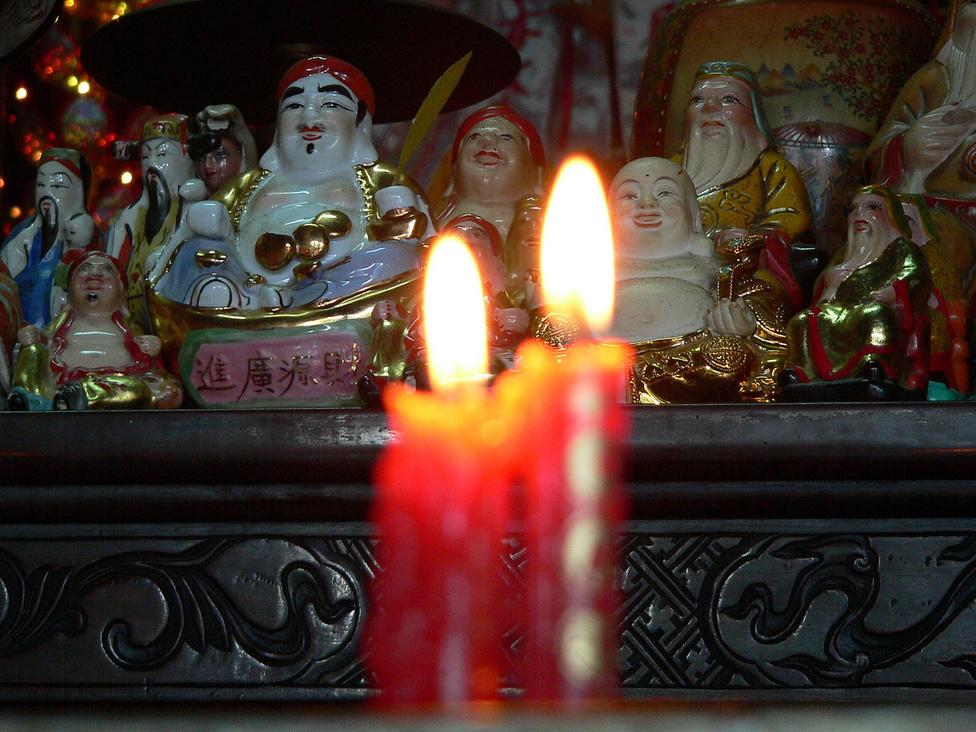 A hit fényei. Vietnam fő vallása buddhizmus, amelyet több irányzat képvisel – de mintegy hétmillió keresztény, elsősorban katolikus hívő is él az országban, a több évszázados európai befolyás következtében. Egy 2007-es felmérés szerint a vietnamiak fő vallása a vallástalanság: 81 százalékuk azt nyilatkozta, nem hisz Istenben. Rengetegen hisznek viszont az elhunyt ősök szellemeiben, közeli hozzátartozóikat gyakran a saját kertjükben temetik el, és ott emelnek síremléket nekik. Szinte minden otthonban van házioltár, ahol gyakran áldoznak az elődök emlékének.