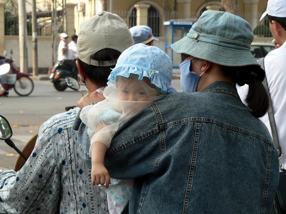 A család szeme fénye. Vietnam népessége dinamikusan növekszik, rengeteg a gyerek. 1979-ben, nem sokkal a háború után 53 millióan éltek az országban, tavaly pedig a népesség már meghaladta a 90 millió főt. A családok nagyobb létszámúak, mint Magyarországon, és jobban össze is tartanak. Még mindig tipikus, hogy 3-4 generáció él egy fedél alatt, és nagyon sokszor egy gazdasági egységet is képeznek: a gyerekek és az öregek is besegítenek erejükhöz és képességeikhez mérten a családi vállalkozásba, amely mindannyijukat eltartja.