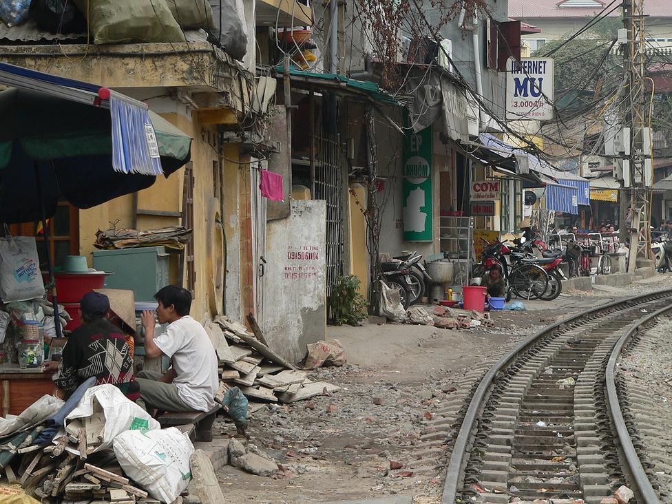 """Az itt élő hanoiak elmondhatják József Attilával: """"Vasútnál lakom. Erre sok vonat jön-megy és el-elnézem, hogy' szállnak fényes ablakok …"""". A vietnami sínpályák hossza összesen 2650 km, a legforgalmasabb vonal Hanoit köti össze Saigonnal. Egy megfelelő jegy birtokában az utazást többször is meg lehet szakítani, így vasúttal jól bejárható a keskeny, de hosszú ország."""