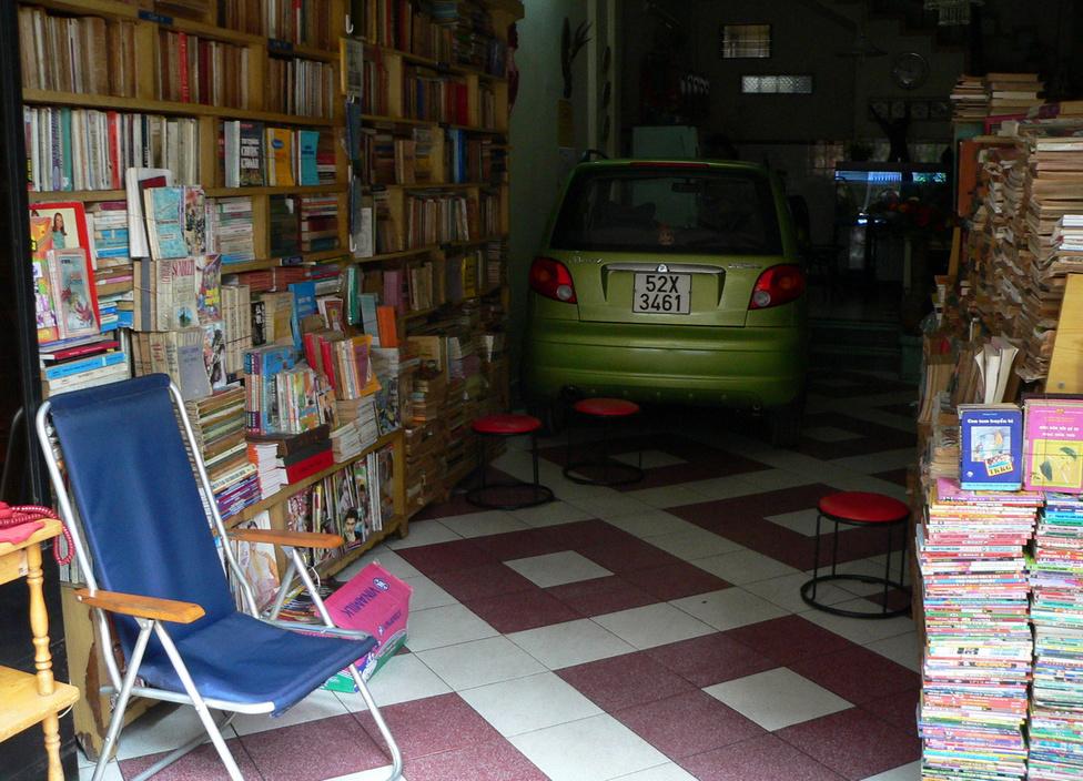 Garázs a könyvesboltban. A dél-koreai szépség a lehető legbiztosabb helyen, a családi üzletben parkol. Abszolút érthető ez a nagy gondosság, hiszen a hivatalosan havi 20 ezer forint körüli átlagjövedelemhez képest nagy kiadás még a legolcsóbb új gépkocsi beszerzése is. A Daewo Matiz afféle belépő modellként kedvelt kisautó lett Vietnamban, és nemcsak családi autóként, de például taxiként is használják.