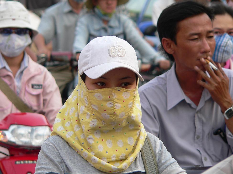 Rengeteg nő visel napközben sapkát, kendőt, szájmaszkot, sőt, hosszú szárú cérnakesztyűt. Az ok: manapság a világos árnyalatú bőr a menő, ezért a nők, szinte korosztálytól függetlenül a legváltozatosabb módokon védekeznek a bőrt barnító és öregítő direkt napsugarak ellen. A maszk némiképp véd a szmog és a porszennyezés ellen is. Sokan bíznak benne, hogy a fertőző betegségeket is távol tartja, ami aztán vagy bejön, vagy nem.