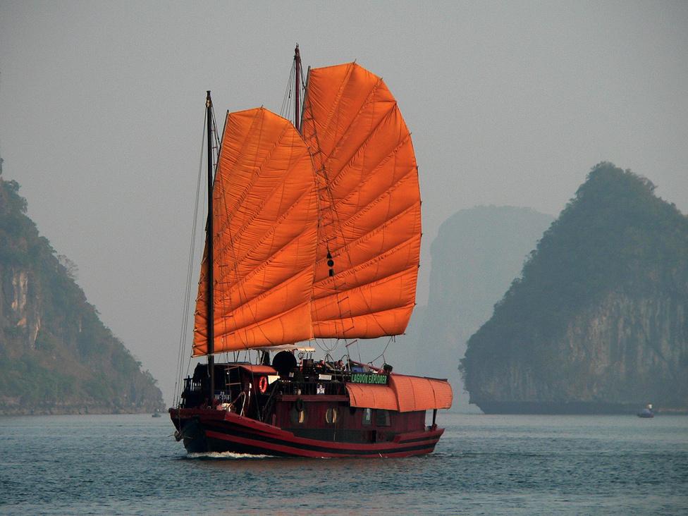 Az északi partvidék fő látványossága a valóban elképesztő szépségű, UNESCO világörökségi védelem alatt álló Ha Long bay. A Leszálló Sárkány öble tele van szürreális alakú, a tenger által erodált mészkőszirtekkel, és fantasztikus barlangokkal. A legenda szerint egy hatalmas repülő sárkány szállt le réges-régen a vízre, és az törte össze a szigeteket. Olajozottan működő turistaipar szolgálja ki a világ minden tájáról érkező látogatókat: elmehetünk akár párórás hajóútra is, de a hajón, vagy valamelyik szigeten alvós, többnapos túrák az igaziak.