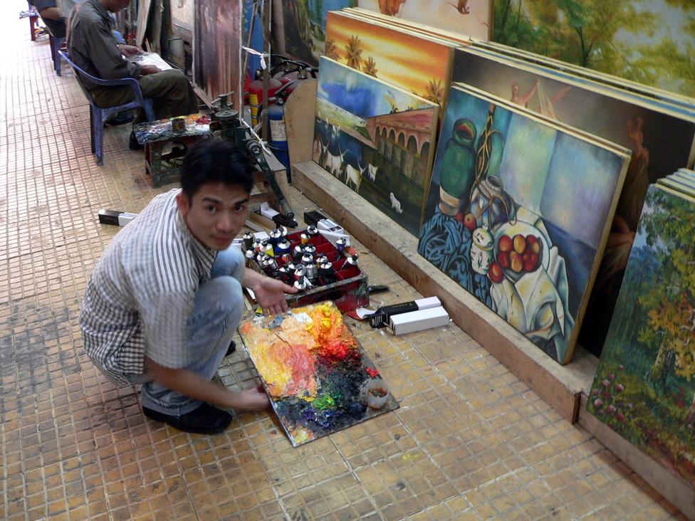 Csontváry-festmény a hortobágyi kilenclyukú hídról Hanoiban? Igen, és Picasso, Renoir, Matisse is, bármilyen mennyiségben és méretben, ahogy a kedves vevő kéri. Az eredetire hajazó másolatok mellett bárkiről és bármiről készítenek festményt a szorgalmas piktorok, elég nekik egy fénykép, és pár nap múlva lehet is menni a kész műért. Ha a megrendelő esetleg hazautazott közben mondjuk Magyarországra, semmi gond, postán utána küldik a képet. Sőt, el se kell menni Vietnamba, ma már az interneten át is működik az üzlet.