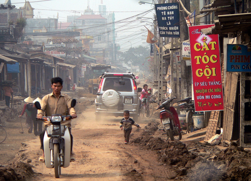Átmeneti közlekedési nehézségek. A rohamtempóban fejlődő Vietnam úthálózatát folyamatosan modernizálják, de az így is nehezen tud lépést tartani az erősödő forgalommal. Különösen a két nagyváros: Hanoi és Ho Si Minh-város (Saigon) környékén zsúfoltak az utak. Miután 1986-ban a Vietnami Kommunista Párt adaptálta a kínai politikai-gazdasági modellt, az ország szinte folyamatosan hét százalék körüli éves növekedést produkál. Elemzők szerint komoly esély van arra, hogy 2025-re Indokína legkeletibb állama bekerül a Föld húsz legfejlettebb gazdaságú országa közé.