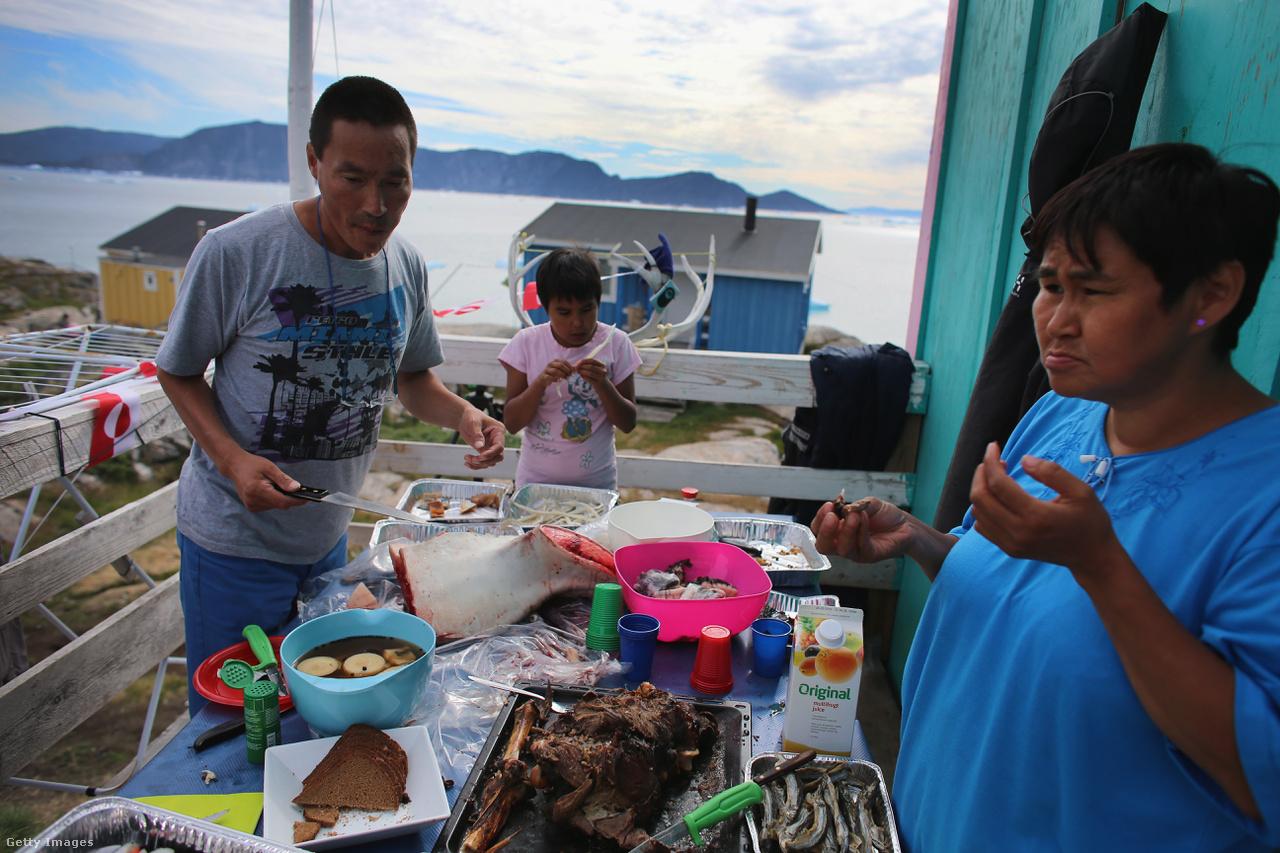 Fóka, bálna, rénszarvas húsából is lehet választani a hétvégi ebéden. Grönlandon a városok rohamos fejlődése keveredik a hagyományos életvitellel. 2500 családnak még mindig a fókavadászat jelenti az elsődleges bevételi forrását.