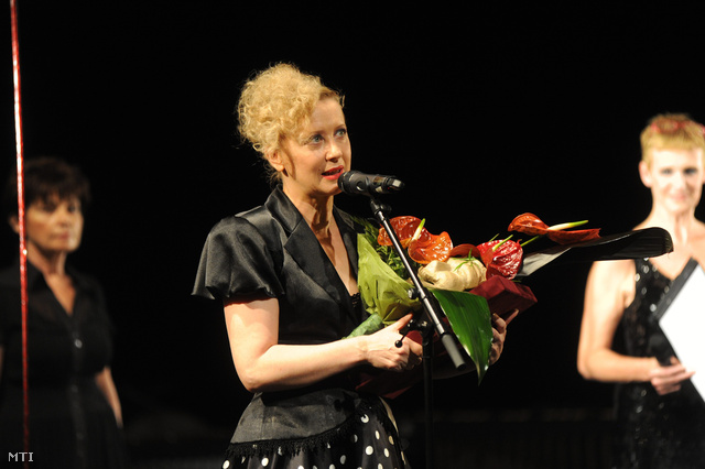 A legjobb női főszereplő díjával, valamint a közönség díjával kitüntetett Eszenyi Enikő a 13. Pécsi Országos Színházi Találkozó (POSZT) záró gálaestjén