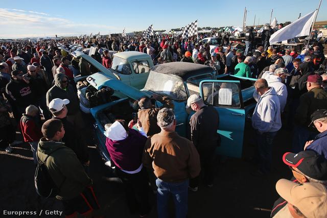 A hétvégén veterán autókat árvereznek el Amerikában a hétvégén. Az aukciót Nebrasca államban tartják, és azért érdekes, mert a 60-as, 70-es években készült modellek közül néhányban alig pár kilométer van, az egyik kék Chevrolet-ben egészen pontosan kettő. Eddig a Lambrecht-család autókereskedésének raktárában porosodtak, akik a jelek szerint szerettek félretenni néhány autót minden típusból.