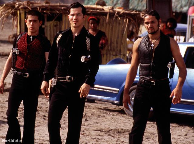 A Capulet-klán, középen a Tybaltot alakító John Leguizamo