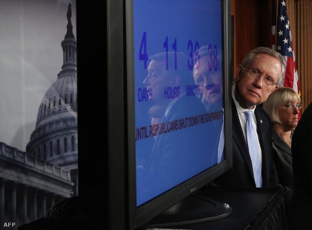Egy demokrata szenátor figyeli visszaszámlálást szeptember 26-án. A négy nap október 1-jén telt le