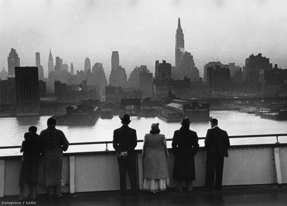 1939. Manhattan szmogos panorámája a Queen Mary óceánjáró fedélzetéről.