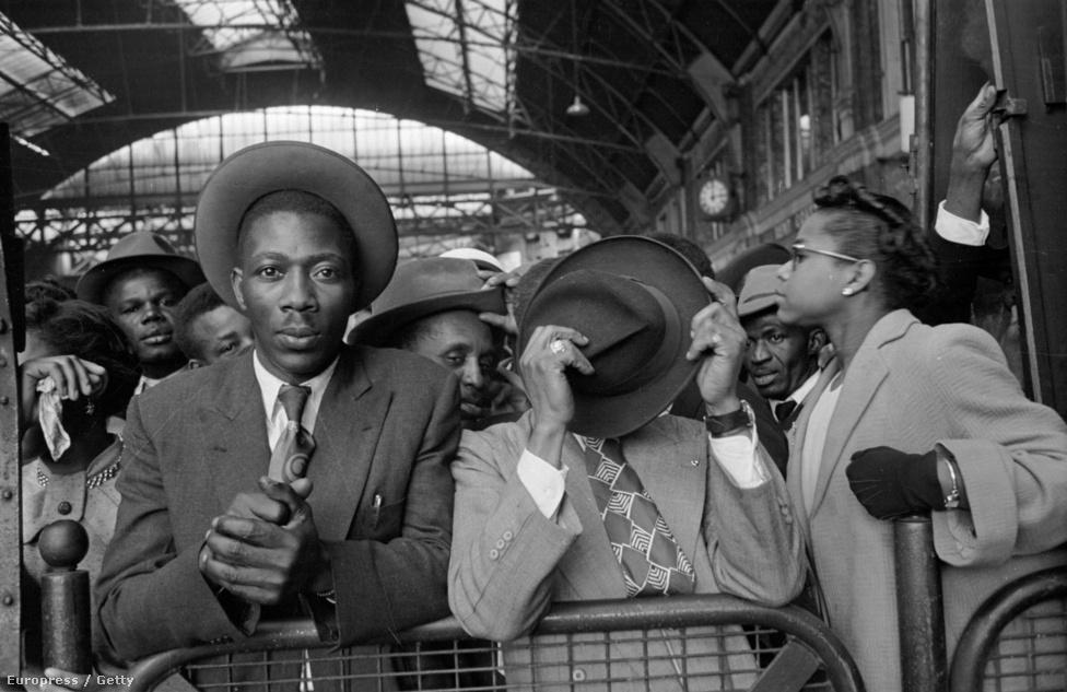 1956. Bevándorlók a londoni Victoria Station állomáson. A kép a Picture Post harmincezer színes probléma c. lapszámában jelent meg.
