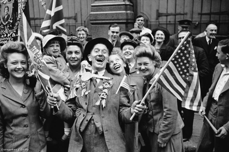 1945. A második világháború európai lezárását (VE Day) ünneplik a Piccadilly-n, Londonban.