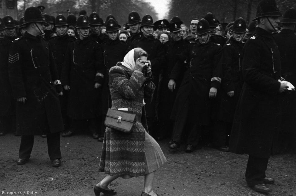 1947. Egy nézőnek sikerült áttörnie a rendőrkordont, hogy fotót készítsen Erzsébet hercegnő (II. Erzsébet) és Fülöp-herceg esküvőjén.