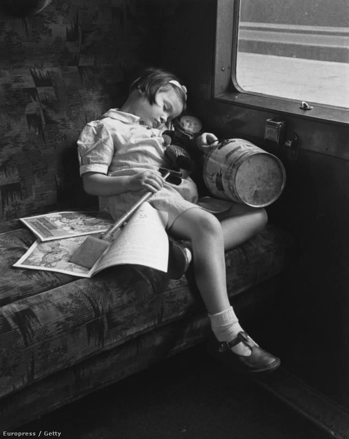 1946. Hazafelé tartó vonat a tengerpartról.