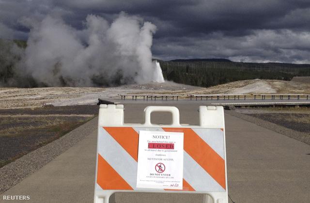 Látogatók elől elzárt gejzír a Yellowstone Nemzeti Parkban