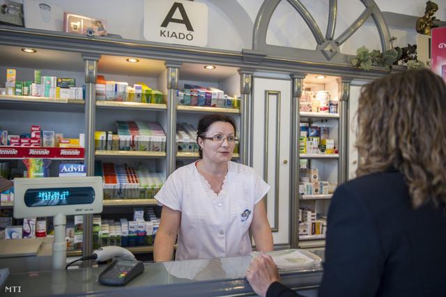 Vizi Szilvia szakasszisztens szolgál ki egy vevőt egy orosházi gyógyszertárban 2013. június 25-én.