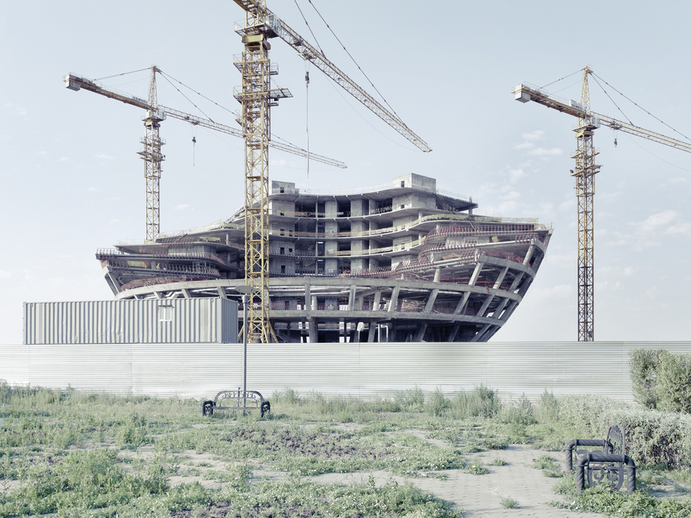 A Föld olajtartalékainak 3 százaléka Kazahsztánban van, és az ország a világ legnagyobb uránium exportőre. Különböző becslések szerint a kormányzat eddig 10 és 30 milliárd dollár közötti összeget költött az új főváros felépítésére.