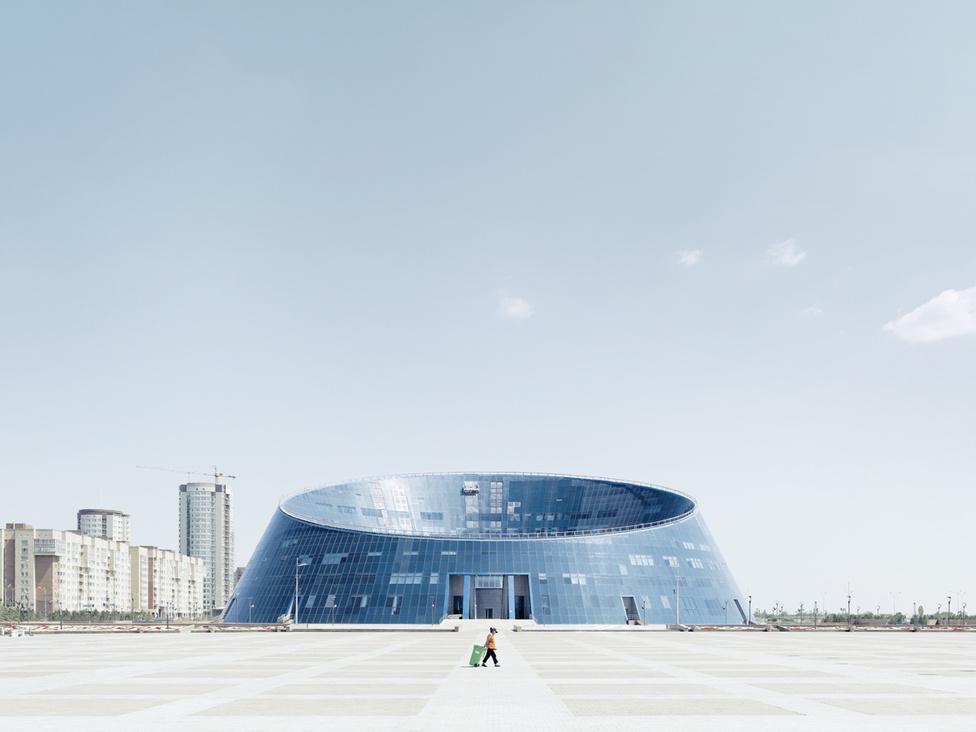 Nurszultán Nazarbajev kazah elnök 1997-ben döntött úgy, hogy az ország fővárosát az Észak-Kazahsztánban fekvő Asztanába helyezi át. A jelentéktelen kisvárost ezért az elnök utópisztikus, megalomán terveinek megfelelően szinte teljesen átépítették. A háttérben a 120 millió eruóból felépült Központi Koncerttterm létható.