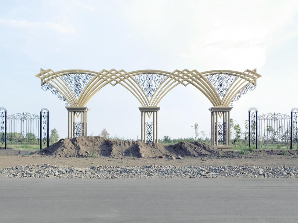 A több mint tíz éve tartó építkezések miatt Asztana egyetlen óriás építkezési területté vált. A fejlesztések sokszor befejezhetetlennek tűnnek, és a be nem épített területeken a fű veszi át az uralmat.