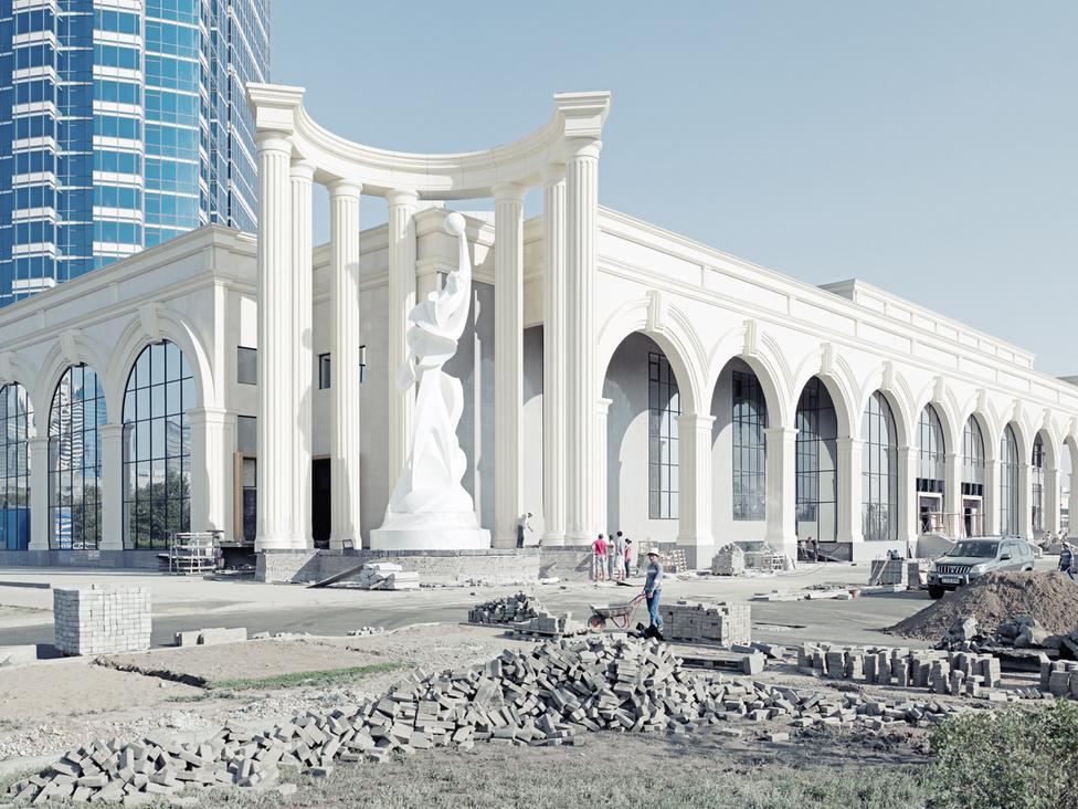 Az építkezési láz egyik mozgatója, hogy 2017-ben Asztanában rendezik majd a világvásárt. Az Expo-2017-re új gyorsvasutat és egy luxusbusz-hálózatot is felhúznak majd.